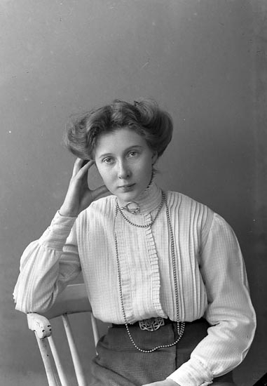 """Enligt fotografens journal nr 2 1909-1915: """"Isberg Fr. Höglunda Här""""."""