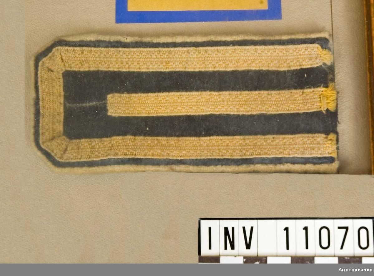 Grupp C I. För jackor och koletter med prov m/1839 på distinktionstecken för avlagd 1:sta el 2:dra konstapelexamen och för instruktörer i ridning, gymnastik och fäktning. Bakom glas i ram.