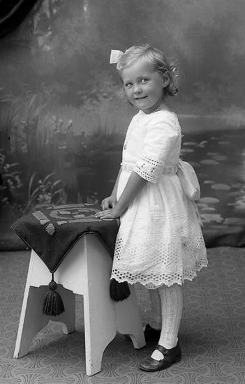 """Enligt fotografens journal Lyckorna 1909-1918: """"Löfgren Frida Lyckorna""""."""