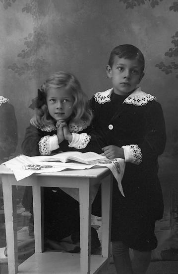 """Enligt fotografens journal Lyckorna 1909-1918: """"Hilmertz, barnen Lyckorna""""."""