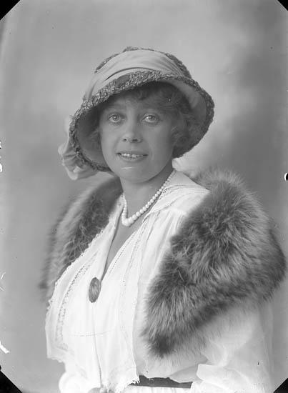 """Enligt fotografens journal nr 4 1918-1922: """"Hedström, Fr. Inga Varekil""""."""