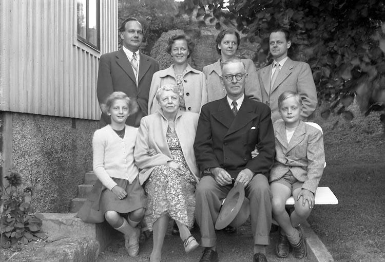 """Enligt fotografens journal nr 8 1951-1957: Enander, familjen med barn o barnbarn, Tjuvkil Lycke""""."""