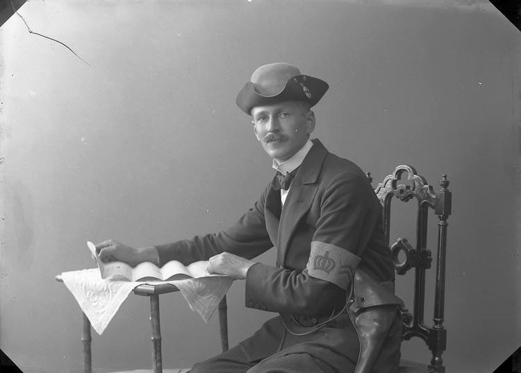 """Enligt fotografens journal nr 2 1909-1915: """"Busk Olof, adr. """"Svea"""" Göteborg""""."""