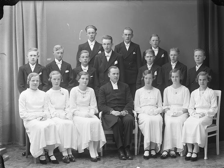 """Enligt fotografens journal nr 6 1930-1943: """"Läsbarnen i Norum Pastor Berntsson Här""""."""