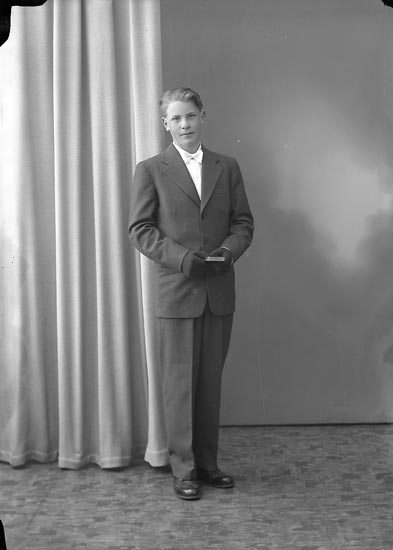 "Enligt fotografens journal nr 8 1951-1957: ""Svensson, Rolf, Skröperöd Svenshögen""."