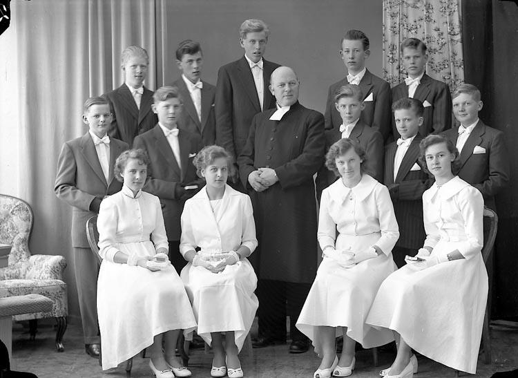 "Enligt fotografens journal nr 8 1951-1957: ""Norums Konfirmander Stenungsund""."