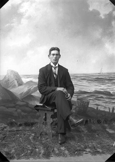 """Enligt fotografens journal nr 5 1923-1929: """"Olsson, Hjalmar, Gategård, Här""""."""