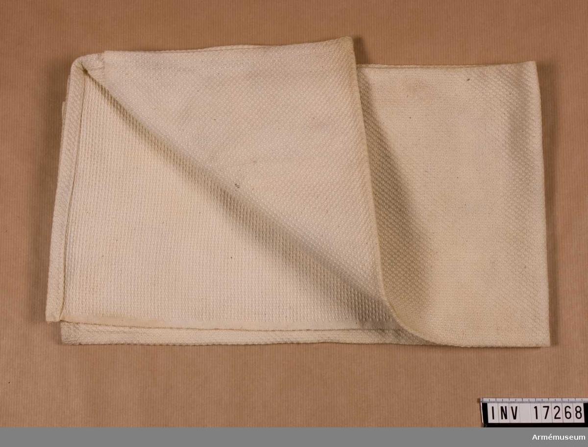 """Kalsonger.Grupp C I.Handduk av vitt bomullstyg; storlek 78 cm x 62 cm. På handduken finns svenska arméns stämpel: kronan och  """"I 2"""" (andra infanteriregementet) och """"1936"""".Tillstånd 1946-01-13: gott skick."""