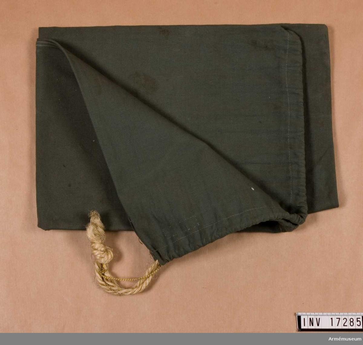 Persedelpåse.Grupp C II.Persedelpåse av bomullstyg, grön. Storlek 70 cm x 49 cm. Ovanpå finns snören med vilka man kan sätta fast påsen.Tillstånd 1946-12-11: gott skick.