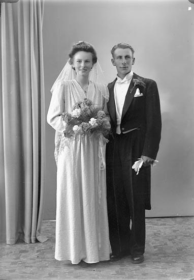 """Enligt fotografens journal nr 7 1944-1950: """"Olsson, Herr Harry Tjäderöd Svanesund""""."""