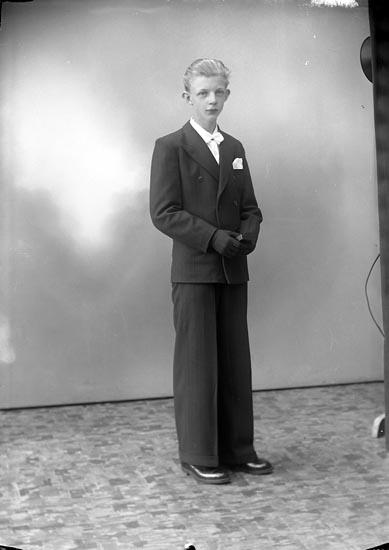 """Enligt fotografens journal nr 7 1944-1950: """"Hermansson, Rolf Hellesdalen, Svenshögen""""."""