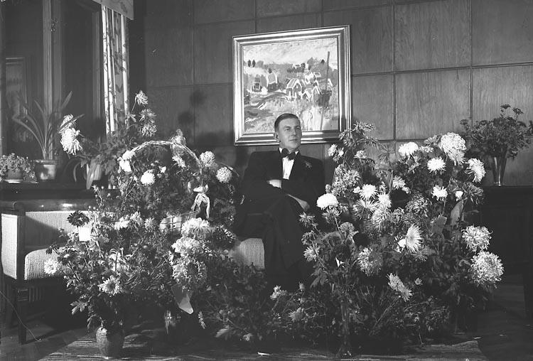 """Enligt fotografens journal nr 7 1944-1950: """"Sandberg, Herr Mauritz Här 50 årsd""""."""