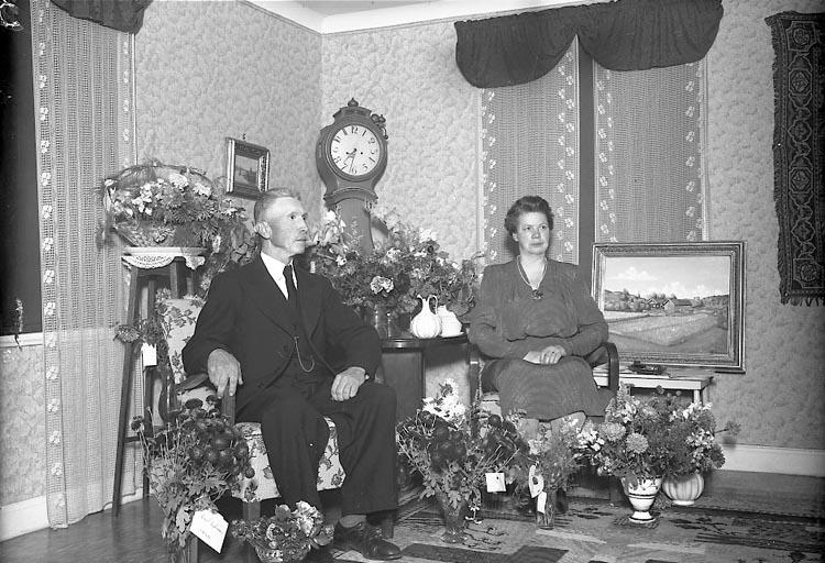 """Enligt fotografens journal nr 7 1944-1950: """"Gustafsson, Herr Ernst Stenung Stenungsund""""."""