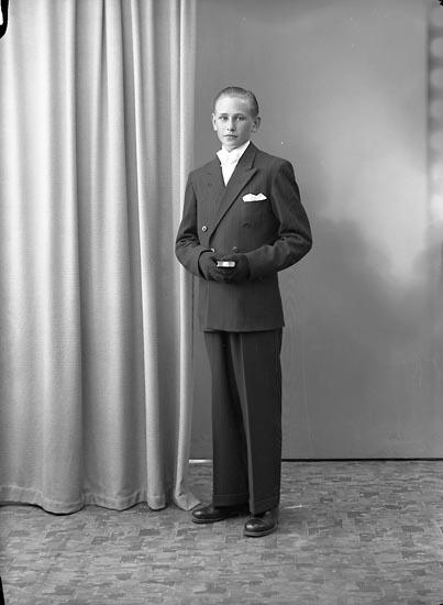 """Enligt fotografens journal nr 7 1944-1950: """"Jacobsson, Erik Cederslund, Ödsmål""""."""