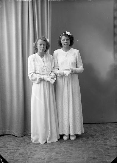 """Enligt fotografens journal nr 7 1944-1950: """"Berntsson, Ann-Britt o Lilly Martinsson Ödsmål""""."""