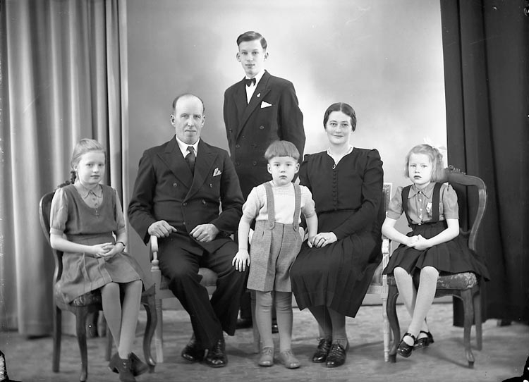 "Enligt fotografens journal nr 7 1944-1950: ""Svensson, Herr Ivar Rolfsbo Ytterby""."