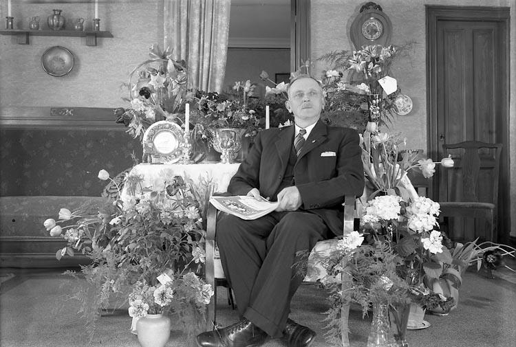 """Enligt fotografens journal nr 7 1944-1950: """"Larsson, Herr Ludvig Stenungsund""""."""
