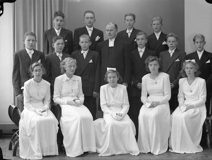 """Enligt fotografens journal nr 7 1944-1950: """"Långelanda Konfirmander""""."""