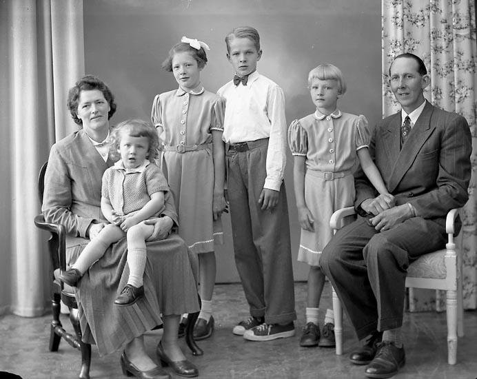 """Enligt fotografens journal nr 8 1951-1957: """"Svensson, Herr Sigvard Prästgården, Ödsmål""""."""
