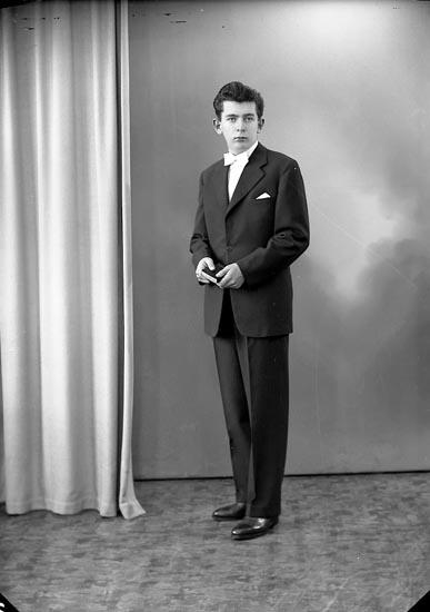 """Enligt fotografens journal nr 8 1951-1957: """"Lugner, Erik Stenungsund""""."""