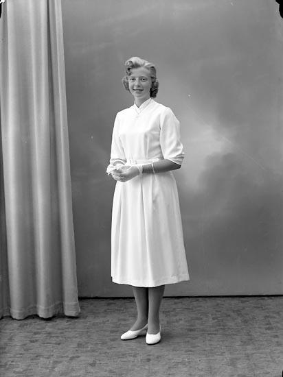 "Enligt fotografens journal nr 8 1951-1957: ""Simonsson, Monika Hog, Stenungsund""."
