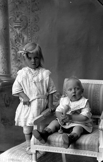 """Enligt fotografens journal Lyckorna 1909-1918: """"Samuelsson, Ebba Restenäs, Ljungskile""""."""
