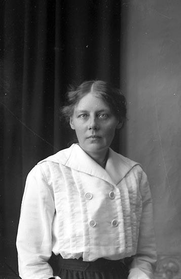 """Enligt fotografens journal Lyckorna 1909-1918: """"Maria Abrahamsson, Lintulla Lyckorna""""."""