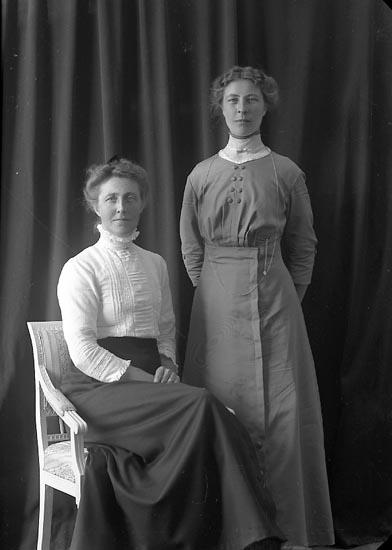 "Enligt fotografens journal nr 2 1909-1915: ""Larsson, Fru Alma Kyrkeby J-da""."