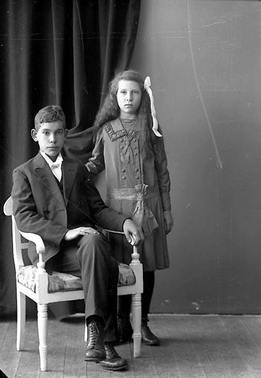 """Enligt fotografens journal nr 4 1918-1922: """"Löfgren, Henning Eken no 6 Trollhättan""""."""