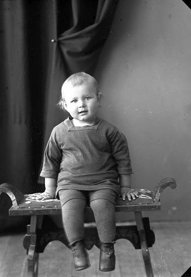 """Enligt fotografens journal nr 4 1918-1922: """"Stenman, Bertil Doteröd Här""""."""