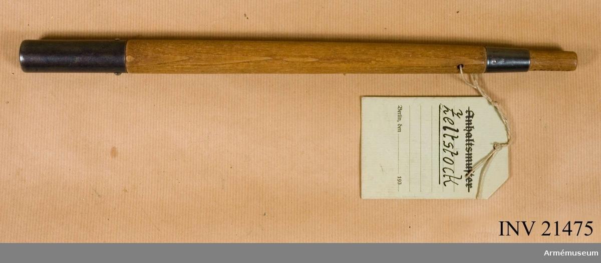 Grupp C. Ur uniform, fältutrustning, Tyskland 1940 som består av vapenrock, långbyxor, hjälm, stövlar, mes, tältdelar, brödpåse, dricksflaska med bägare, livrem, bajonetthylsa, 2 patronväskor, kokkärl, gasmask med behållare och rem, gas- skyddsduk, gummifodral, spade och fodral.