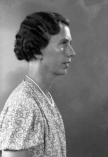 """Enligt fotografens journal nr 6 1930-1943: """"Berntsson, Alma Anrås Jörlanda""""."""