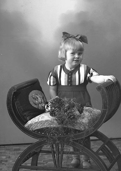 """Enligt fotografens journal nr 6 1930-1943: """"Martinsson, Lilly Hagalund, Ödsmål""""."""