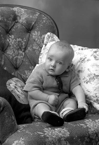 """Enligt fotografens journal nr 6 1930-1943: """"Augustsson, Fru Margit, Gröteröd, Ödsmål""""."""