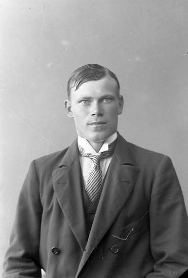 """Enligt fotografens journal nr 3 1916-1917: """"Helgesson, Artur Vallen Jörlanda""""."""