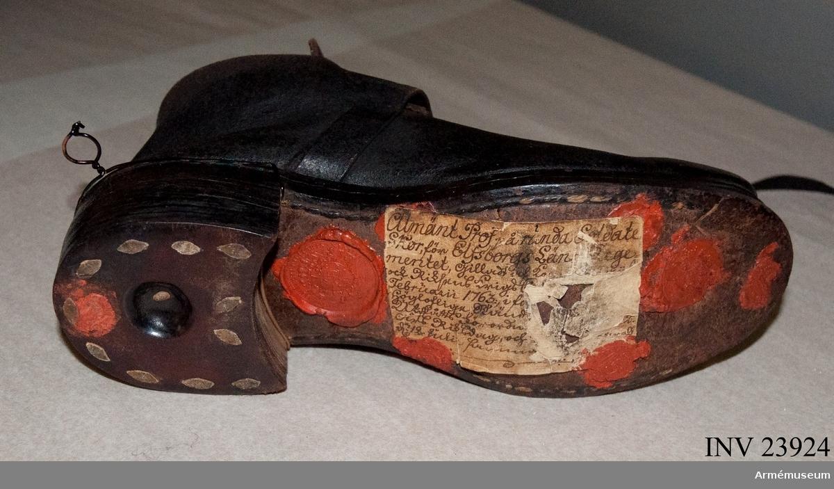 Grupp C I. Ur uniform för spel vid grenadjärkompani i huvudsak gällande för indelta infanteri 1765-1779. Består av: rock, väst, byxa, mössa, kläde m vapenplåt, sko, gehäng. Ett spänne saknas.