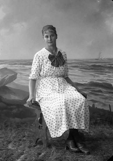 """Enligt fotografens journal nr 4 1918-1922: """"Larsson, Signe Grössbacke, Spekeröd""""."""