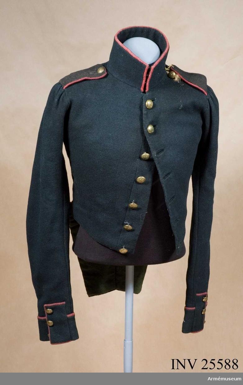 Jacka enl. go 9/11 1831 och  go 4/6 1838, infanteri allmänt. Grupp C I. Ur uniform för manskap vid Västerbottens reg; 1838-1845. Består av jacka, byxa, mössa, skärp, patronkök, bandolär.
