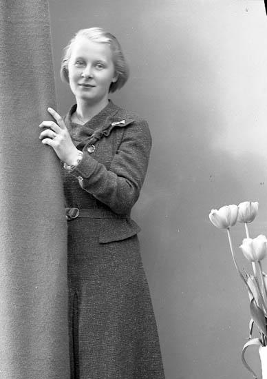 """Enligt fotografens journal nr 6 1930-1943: """"Dahlblom, Elsa Villa Viktoria Saltsjöbaden""""."""