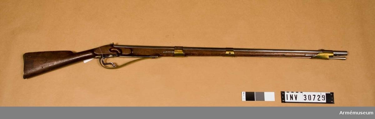 Gevär med slaglås, fm/1835. Projekt av övlt C O Whitelock. Grupp E II b.  Kulans diameter 17,5 mm. Krutladdningens vikt 8,87 gr.  Pipan är en vanlig infanterigevärspipa m/1815. Fänghålet är tärnat. Det höga ståndsiktet liknar m/1838, men har på undersidan laxfot, som är inpassad i ett tvärt över svansskruvsstjärtens översida gående laxspår. Därjämte fasthålles siktet av en skruv, som går genom den bakåtvända siktfoten ned i svansskruvsstjärten. På pipans undersida 16 mm framför bakänden genombrytes pipan på undersidan av ett gängat hål för knallhattstappen. En 29 mm lång, 14 mm tjock och 22 mm hög, kraftig järnklack är fastlödd på pipans undersida 15,3 cm framför knallhattstappen. På undersidan av denna klack finnes en annan, 18,5 mm lång, 8 mm bred samt 5 mm hög klack, vars främre och bakre sida gå snett framåt. Bägge klackarna äro gjorda i ett  stycke. Från undersidan går genom klackarna ett gängat hål. Den  större klacken har på vänstra sida ett mycket kraftig, halvrund  urtagning för laddstocken. Korn, bajonettklack och stötklack äro  lika m/1815. På pipans översida är inslaget krönt NT  (Norrtälje), AM och FM. På undersidan står P och numret 922. Sistnämda nummer står även på svansskruvsstjärtens undersida. Korsskruven går uppifrån.  Låset är anbringat på stockens undersida. Det består av tre delar, slagfjädern, som även tjänstgör som hane, avtryckaren och avtryckarfjädern. Låset skyddas av den stora och breda varbygeln. Den undre av de bägge ovan omtalade, på pipans undersida sittande klackarna sticker ut genom en urtagning i stocken. Den kombinerade hanen-slagfjädern består av en 20,5 cm lång, 19 mm bred och 2 mm tjock bladfjäder. Framtill är den på en sträcka av omkring 35 mm 4,5 mm tjock. Genom detta tjockare parti går en urtagning, i vilken den undre pipklacken är inpassad. Slaghuvudet bildas av en på fjäderns översida sittande förstärkning, som har en diameter av 18 mm och vilken tillsammans med fjädern har en höjd av 10 mm. Slagytan ligger i botten på en