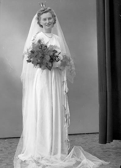 """Enligt fotografens journal nr 7 1944-1950: """"Olsson, Bruden Nösund"""". Enligt fotografens notering: """"Bruden Herr Harry Olsson Nösund""""."""
