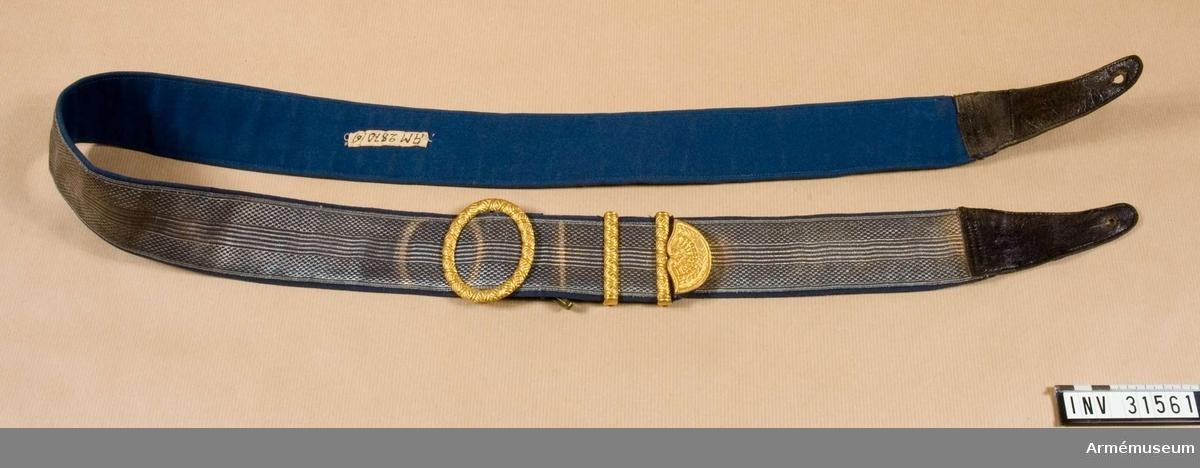 Grupp C I.  Ur uniform för stor parad för officer vid Livreg:s dragoner; 1895-1910. Består av vapenrock, epåletter, långbyxor, skärp, hjälm, kartuschlåda.