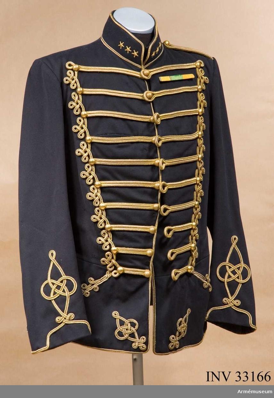 Grupp C I. Ur uniform för ryttmästare vid Kronprinsens husarregemente. Består av dolma, husarmössa, pompong, ståndare, kartuschlåda, karturschrem, knutskärp, ägiljett.