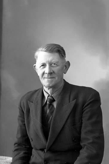 """Enligt fotografens journal nr 8 1951-1957: """"Axelsson, Arvid Åker Stenungsund""""."""