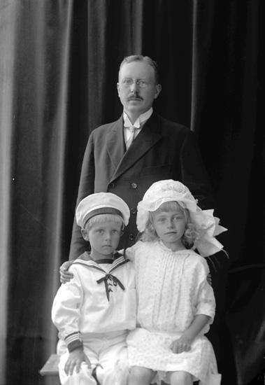 "Enligt fotografens journal nr 2 1909-1915: ""Steen, Arkitekt Ön""."