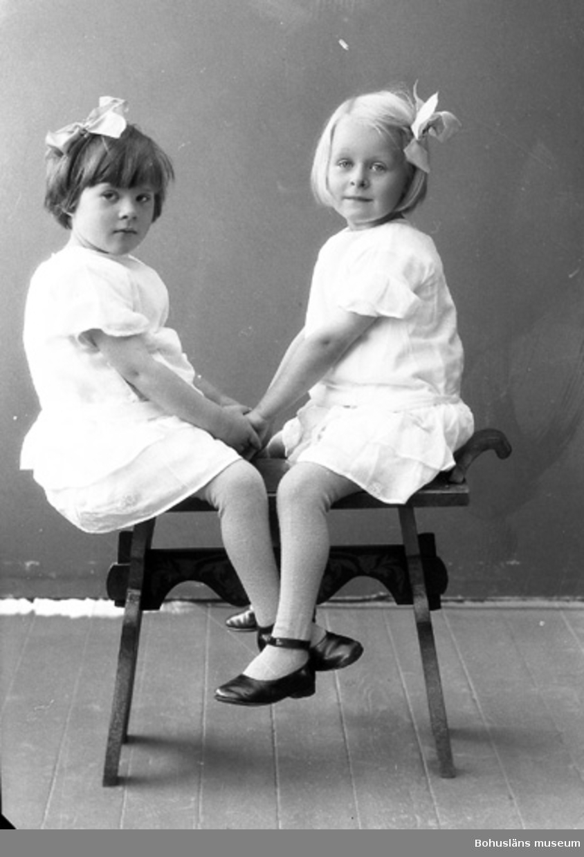"""Enligt fotografens journal nr 5 1923-1929: """"Dahlblom, Elsa o Ingrid Tomtebo 2 Partille""""."""