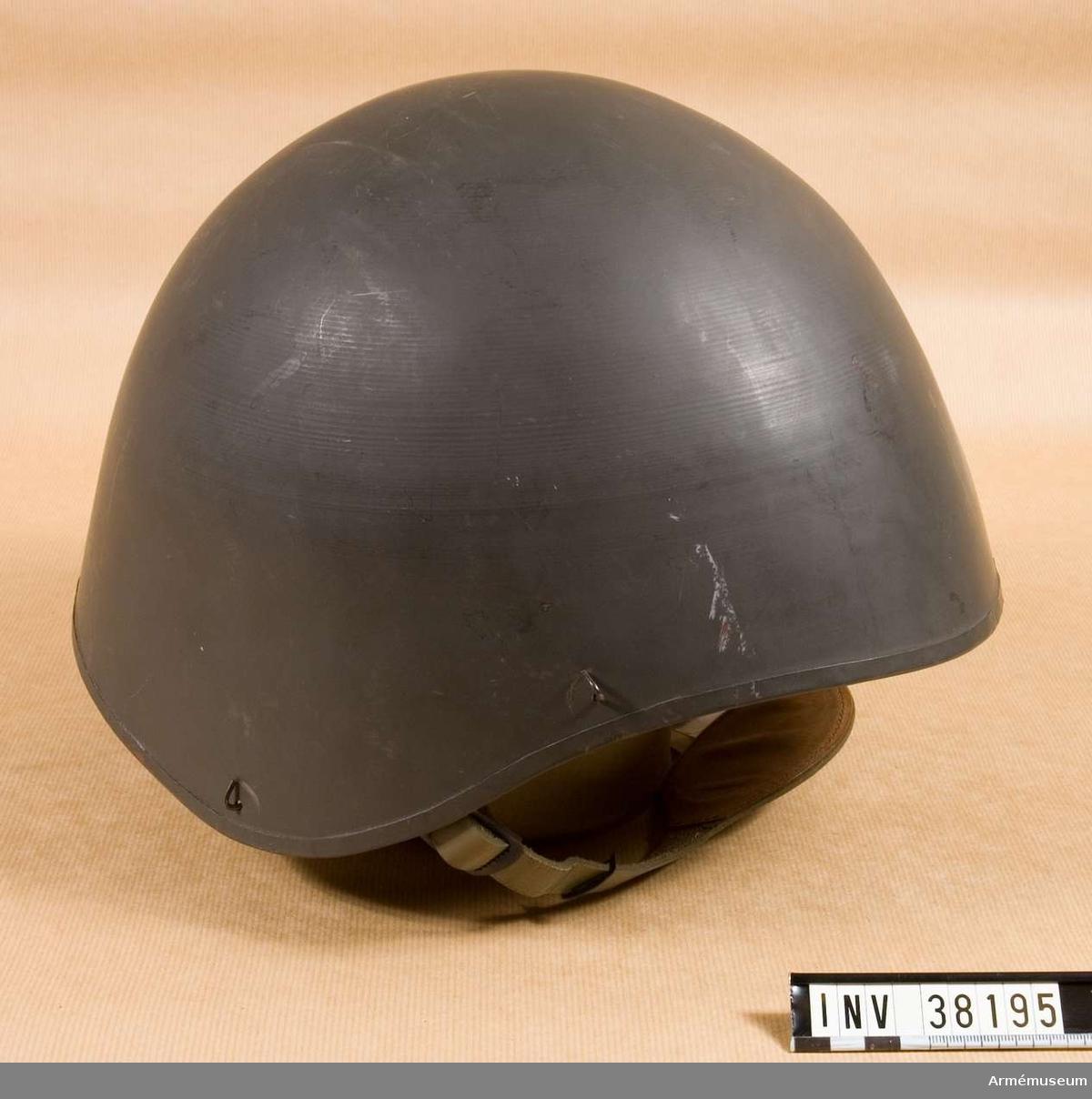 Grupp H I.  Hjälmen är av stål, har käkrem av läder och är invändigt klädd med skumgummi.