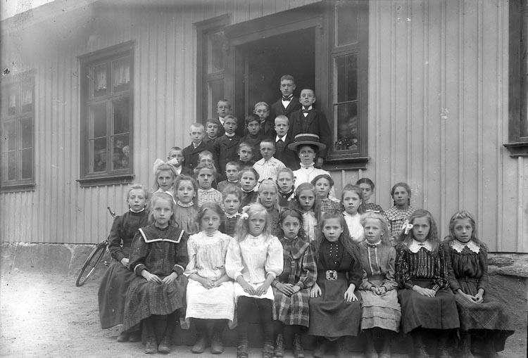 "Enligt fotografens journal nr 2 1909-1915: ""Tjäderöds folkskola""."