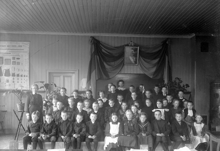 "Enligt fotografens journal nr 2 1909-1915: ""Folkskolan i Stenung""."