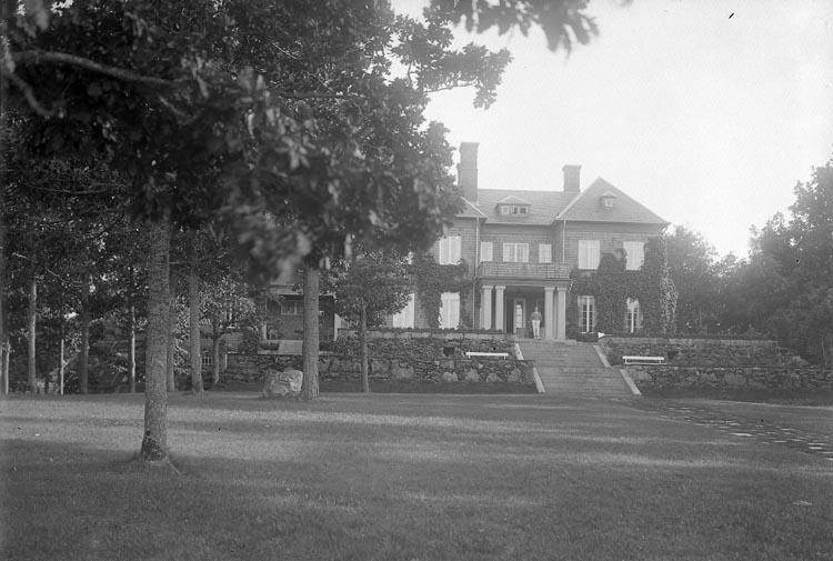 """Enligt fotografens journal nr 5 1923-1929: """"Metcalfe, Direktör Stenungsön""""."""